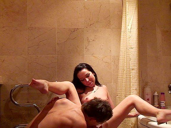 Po dlouhém dni si to dvojice rozdává v koupelně