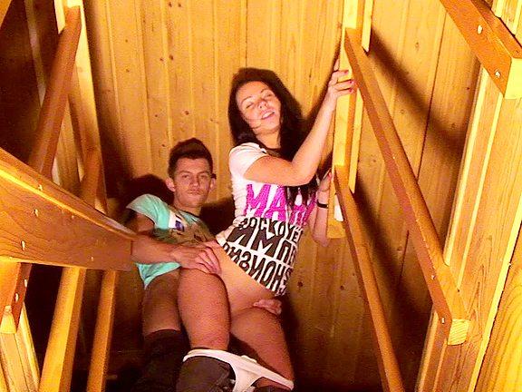 Mladý páreček si to rozdává na schodech