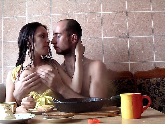 Coppia fidanzata fa sesso a colazione