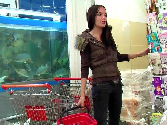 Milfka nakupuje zásadně ve skladě