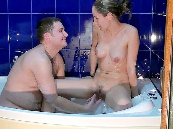 kluk pomáhá své holce ve sprše