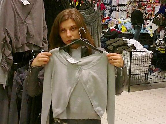 V kabince v obchodě s oděvy se setkaly dvě holky