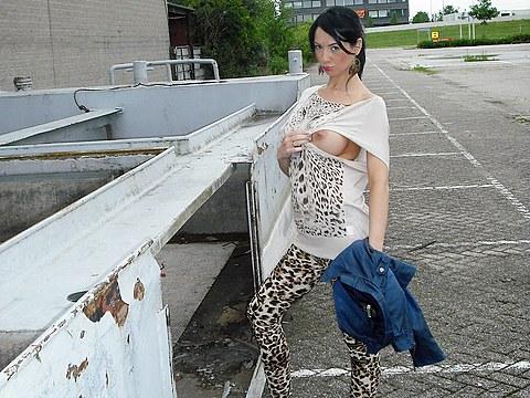 Brunetka čeká na nádraží a je velmi nadržená
