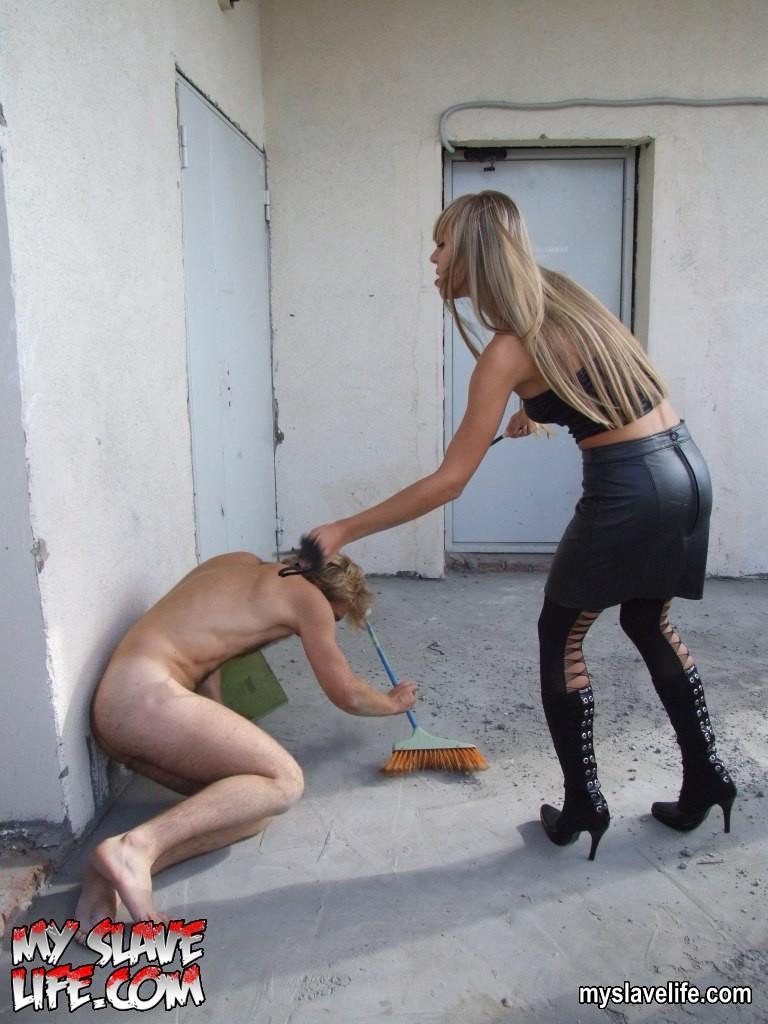 фото девушка своими ногами издевается над парнем