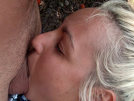 Deepthroat in a park